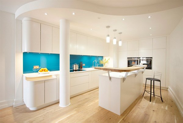 Cocina blanca con cristal pintado en azul eléctrico