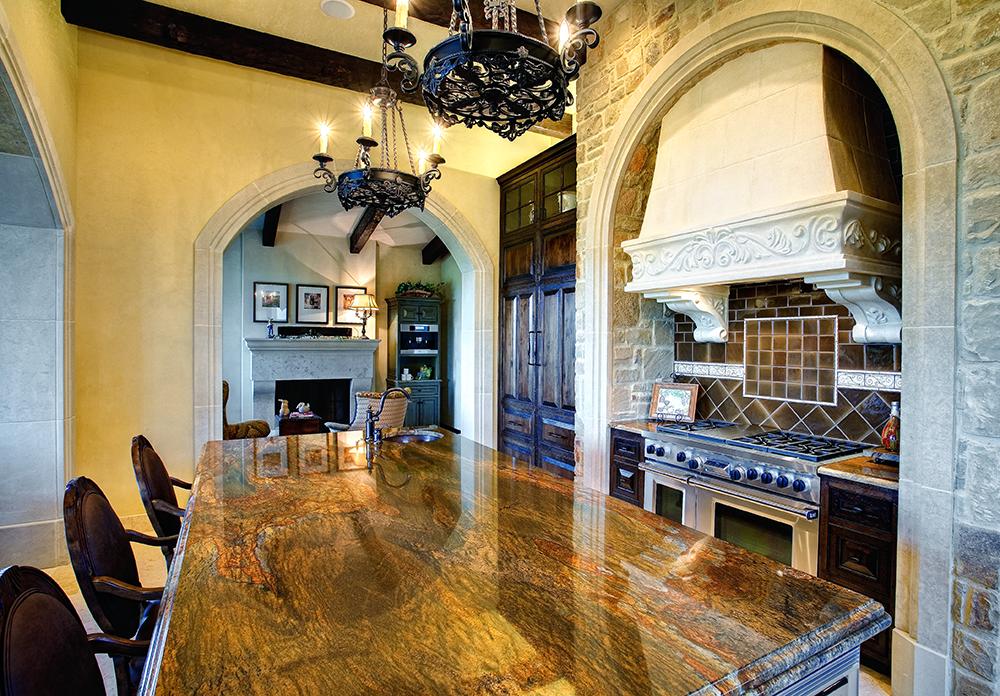 Cocina con arco de piedra estilo antiguo