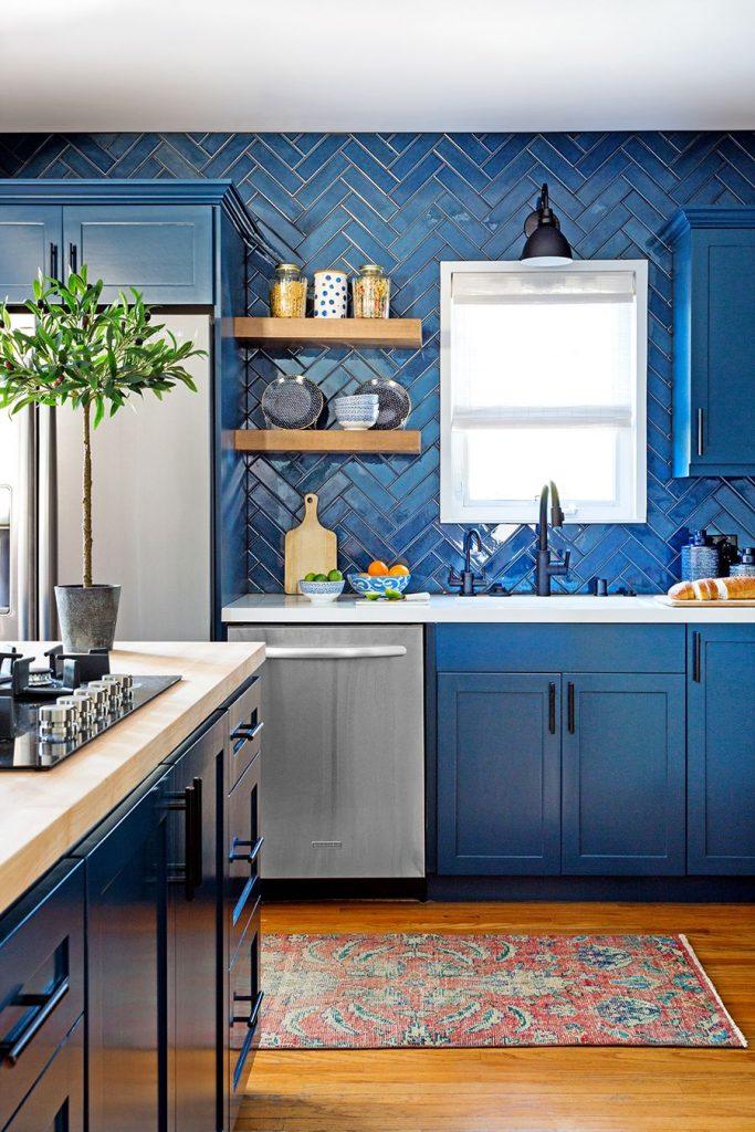 Cocina con baldosas con patrones azul elegante