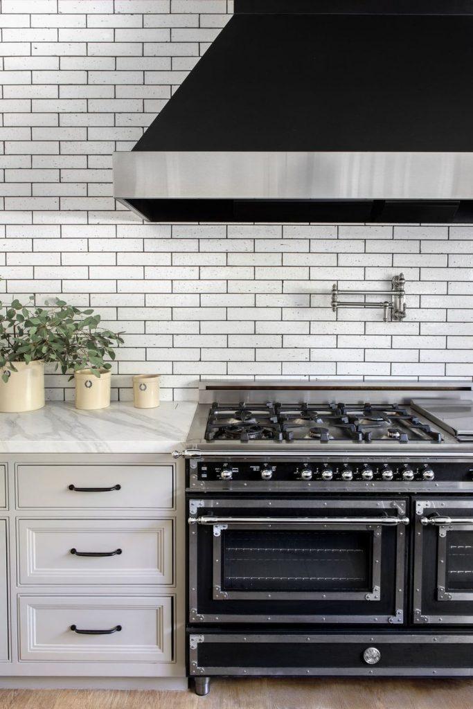 Cocina con baldosas moderna black and white