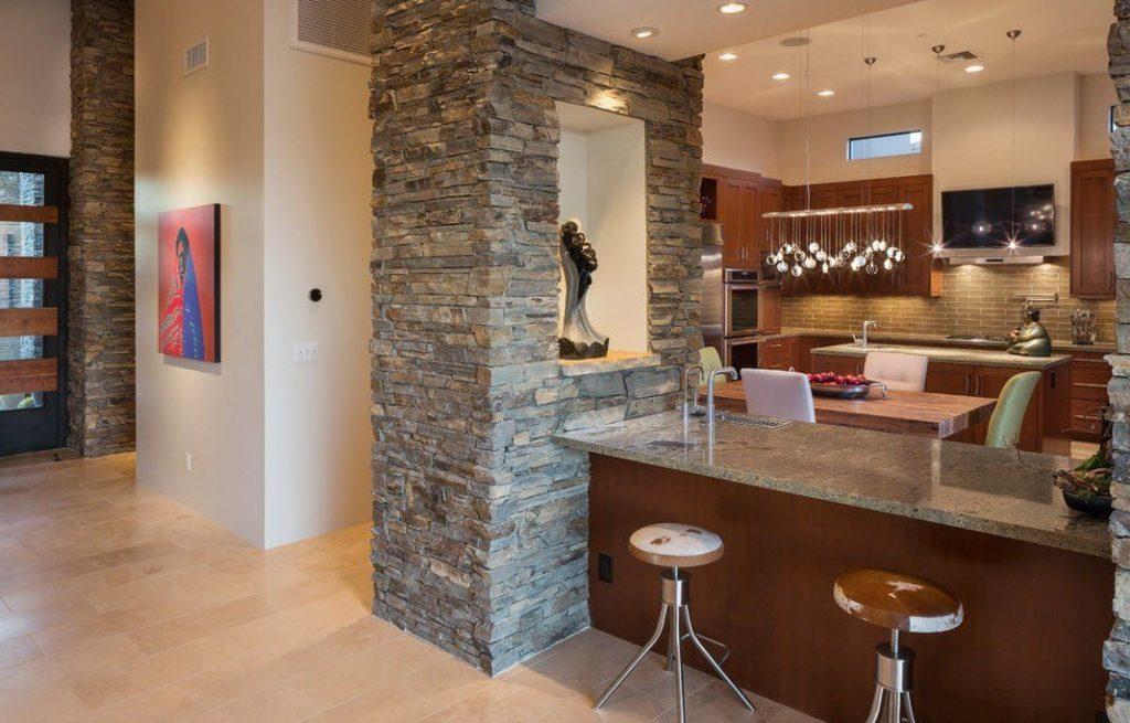 Cocina con columnas forradas de diferentes piedras