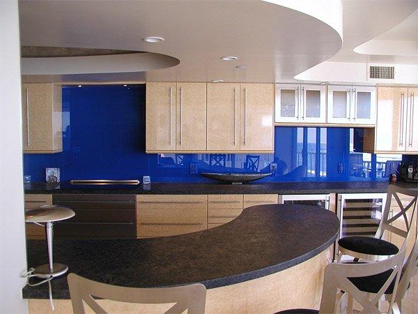 Cocina con cristal pintado en azul marino muy elegante