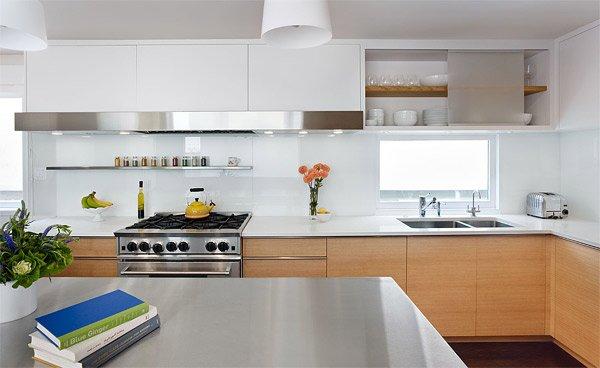 Cocina con cristal pintado en blanco