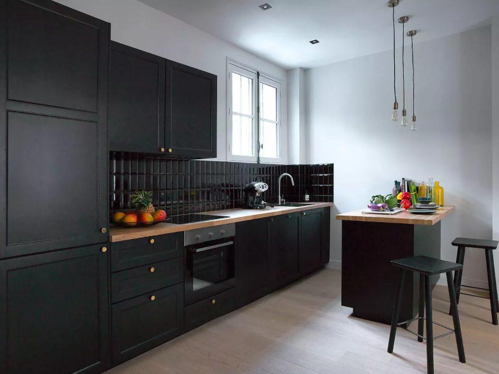 Cocina con paredes negras brillantes y mate