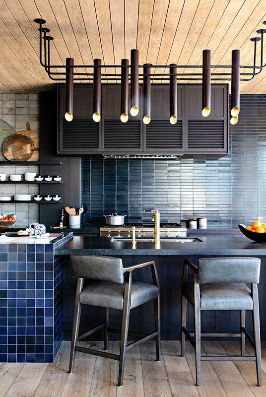 Cocina moderna con baldosas en tonos marinos