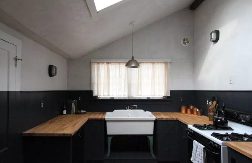 Cocina vintage pequeña en blanco y negro