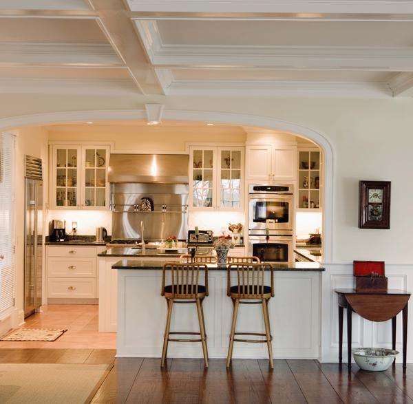 Coloca la mesa bajo el arco para separar el comedor de la cocina