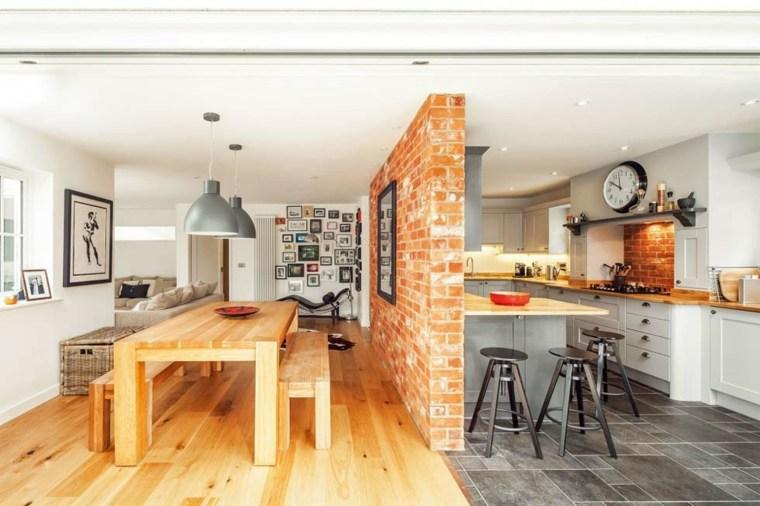 Coloca un muro parcial para separa la cocina del comedor