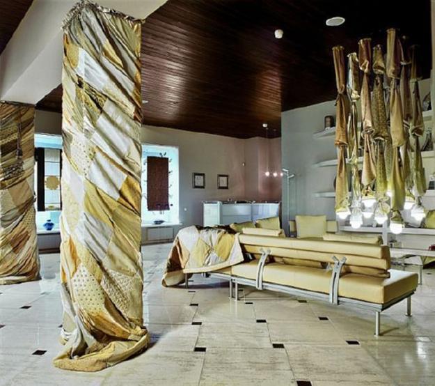 Columnas cuadradas forradas con cortinas