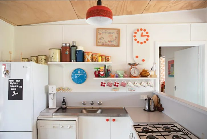 Combina varias ideas para un look vintage en tu pequeña cocina