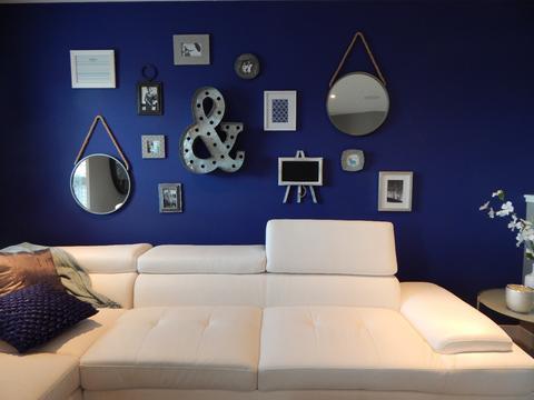 Dale un toque variado a la pared de tu salón