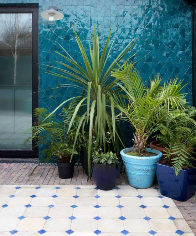 Deslumbrante muro exterior con azulejos coloridos
