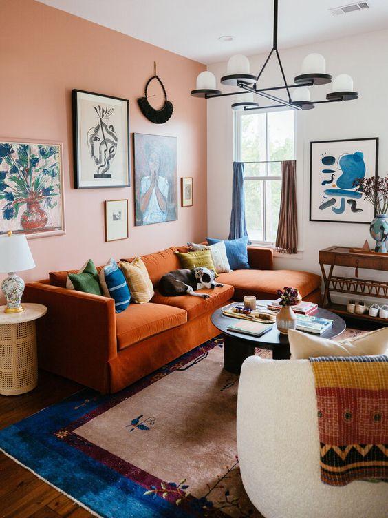 El azul va perfecto en sofás naranjas
