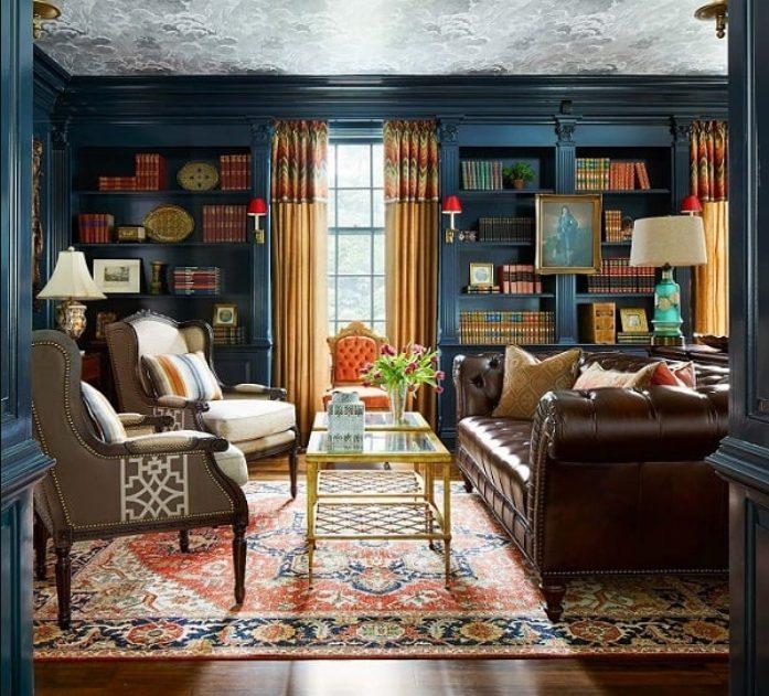 Azul para salones con muebles marrones
