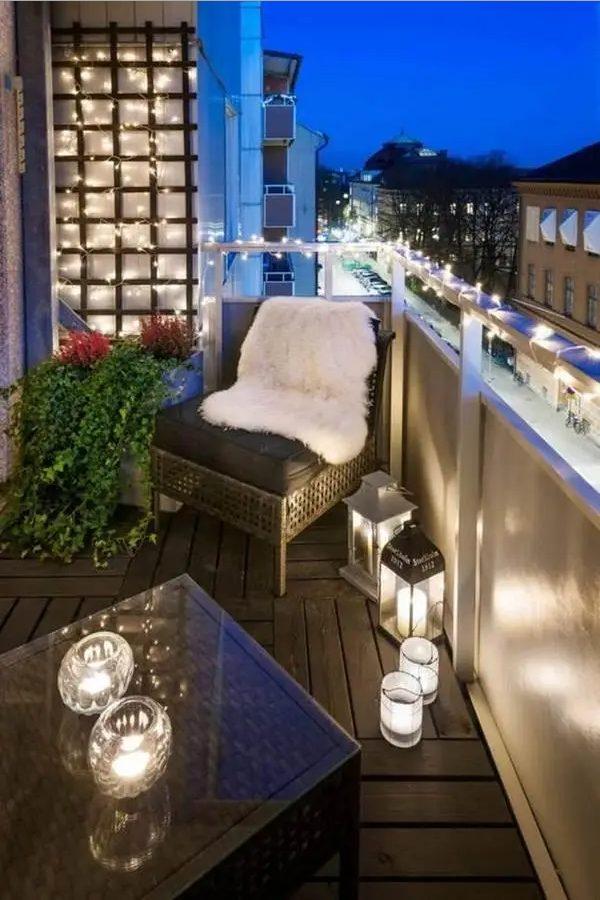 Balcones con luces de navidad durante el atardecer
