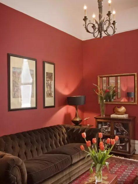 Rojo para salones con muebles marrones
