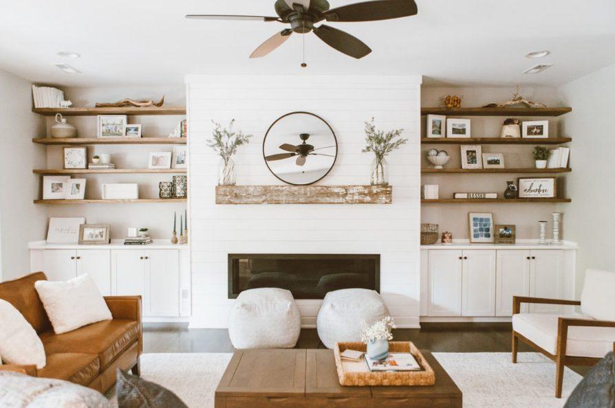 Blanco para salón con muebles marrones