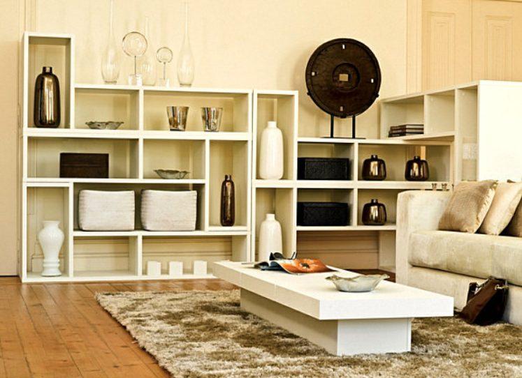 Una estantería mueble en el salón muy Interesante
