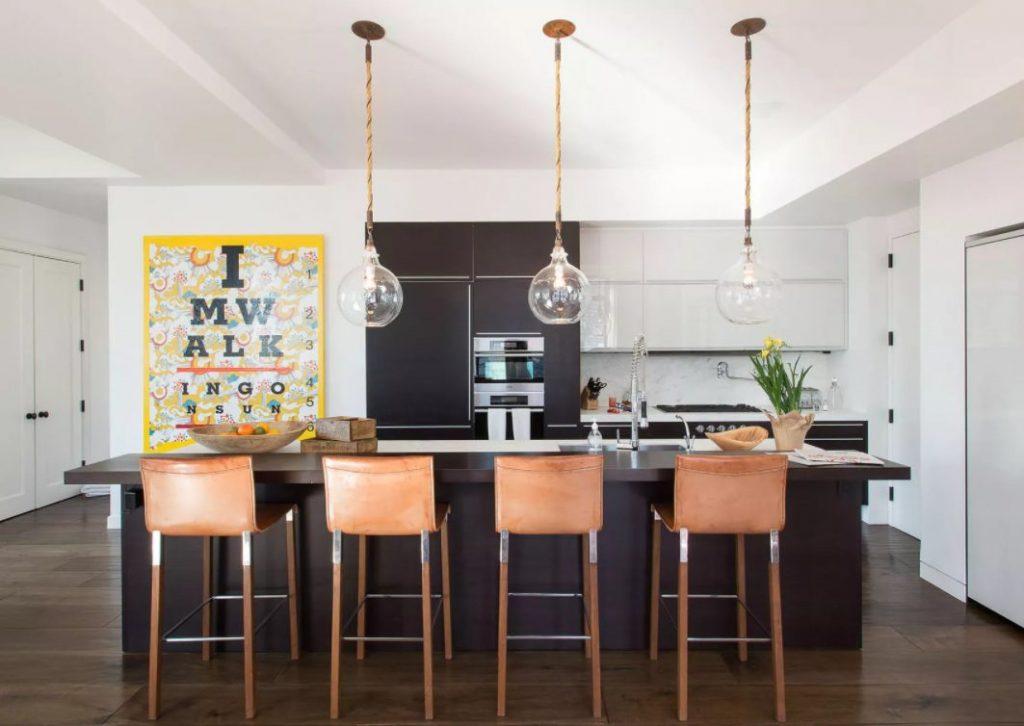 Hermosa cocina con paredes negras y blancas y muebles marrones