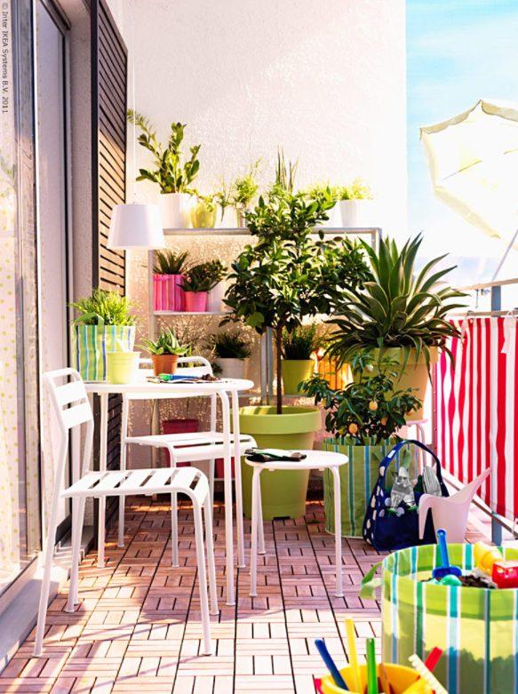 Balcón con plantas con mucho colorido