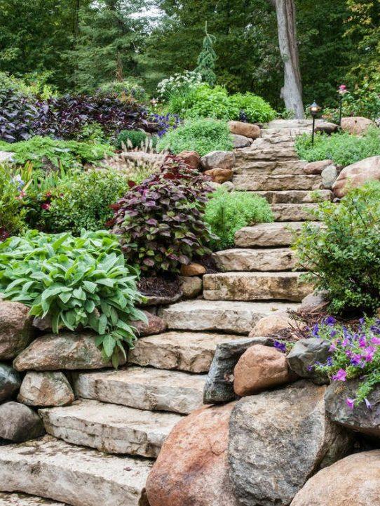Jardín rústico con Piedras y escalera