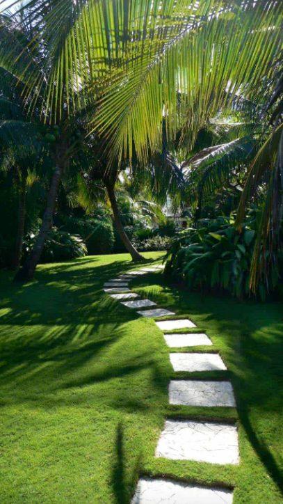 Camino escondido en un Jardín rústico con Piedras