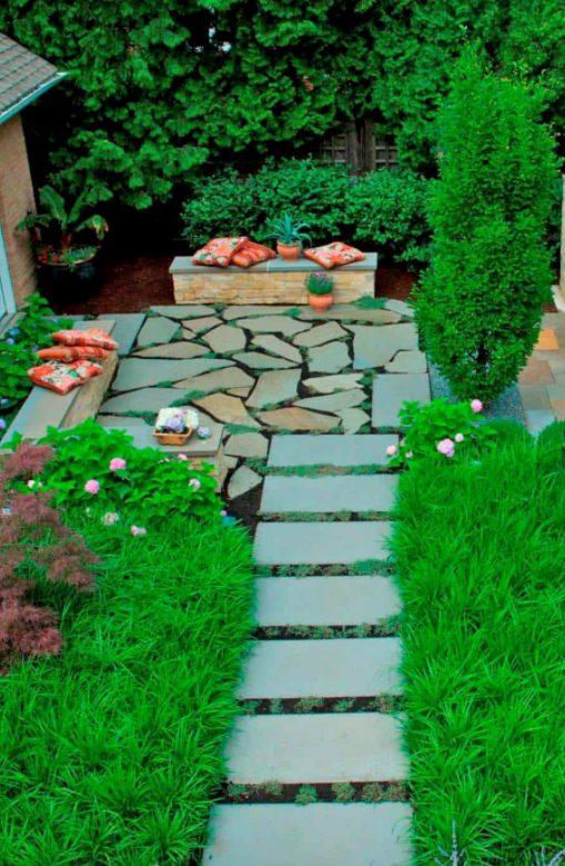 Jardín rústico en piedra lisa