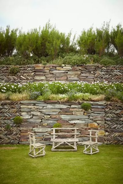 Jardín rústico con muros en piedra