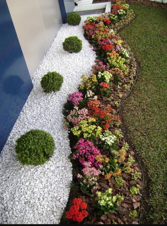 Mucho colorido en un jardín con cuarzo