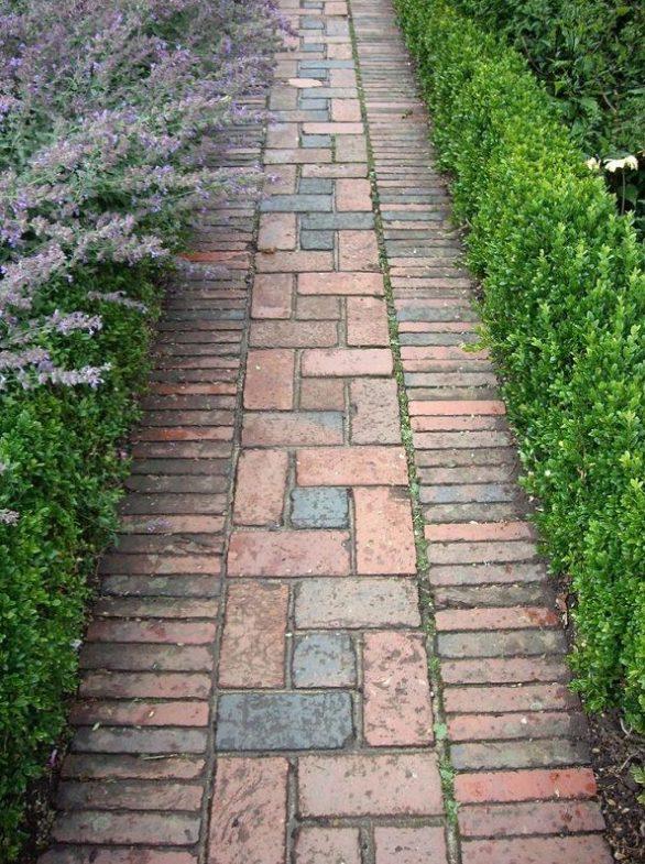 Camino antiguo de piedra en un jardín rústico