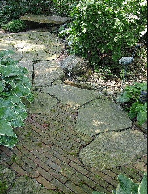 piedras en un rincón del jardín rústico