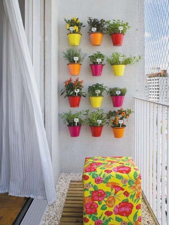 Aprovechando la pared del balcón para poner plantas