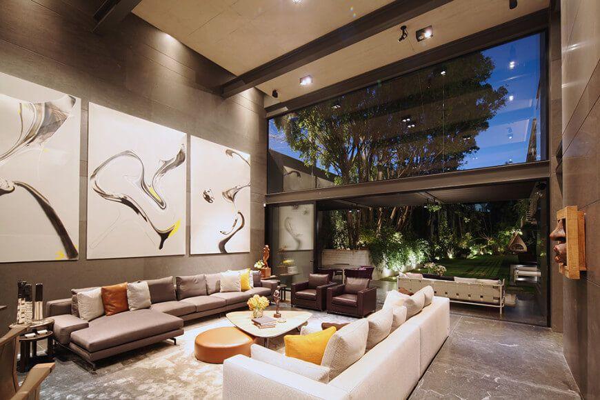 Impresionante altura la de este salón moderno y lujoso