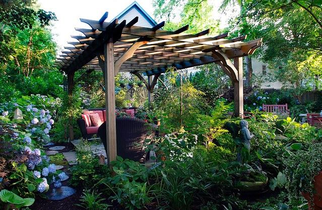 jardín ecléctico y acogedor