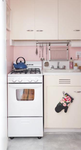 Los electrodomésticos vintage siempre ayudan a ambientar una cocina pequeña