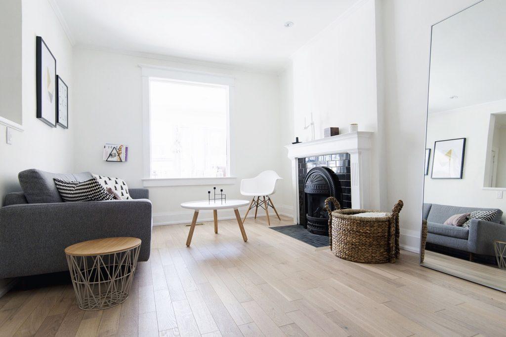 Mantén tu salón blanco gris y con madera sencillo