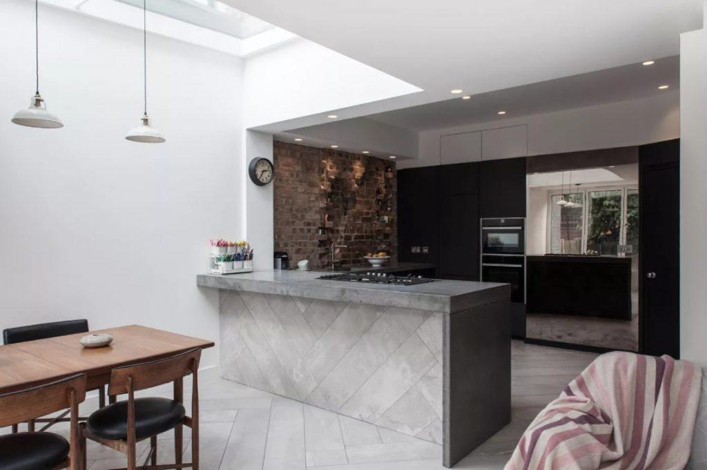Mezcla paredes negras con texturas en la cocina