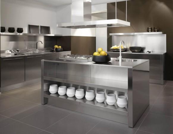 cocina con paredes de acero inoxidable estilo italiano
