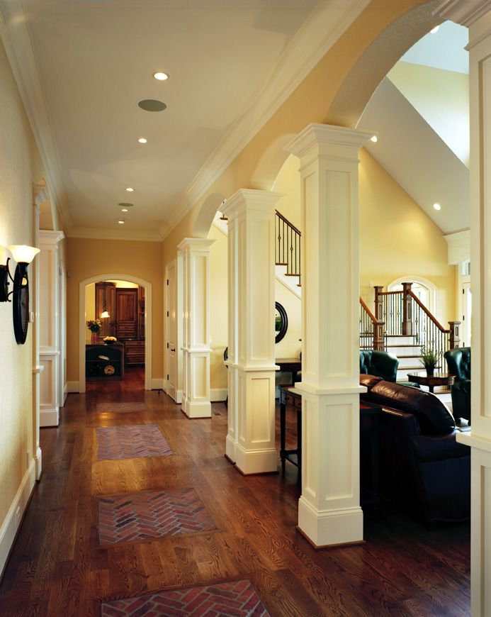 Pasillo de columnas cuadradas totalmente elegante