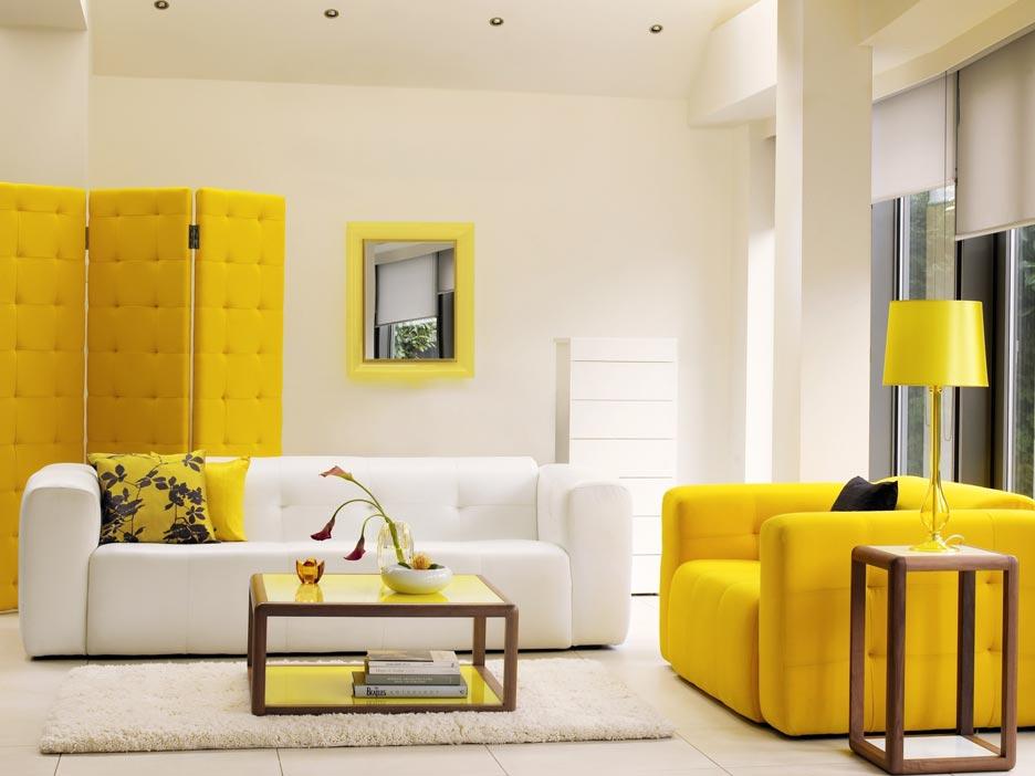 Sala de estar blanca con amarillo limón