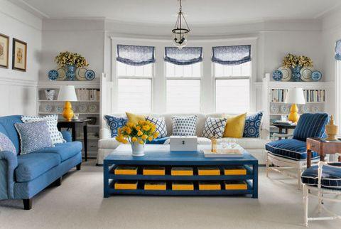 Sala de estar en azul marino, blanco y amarillo
