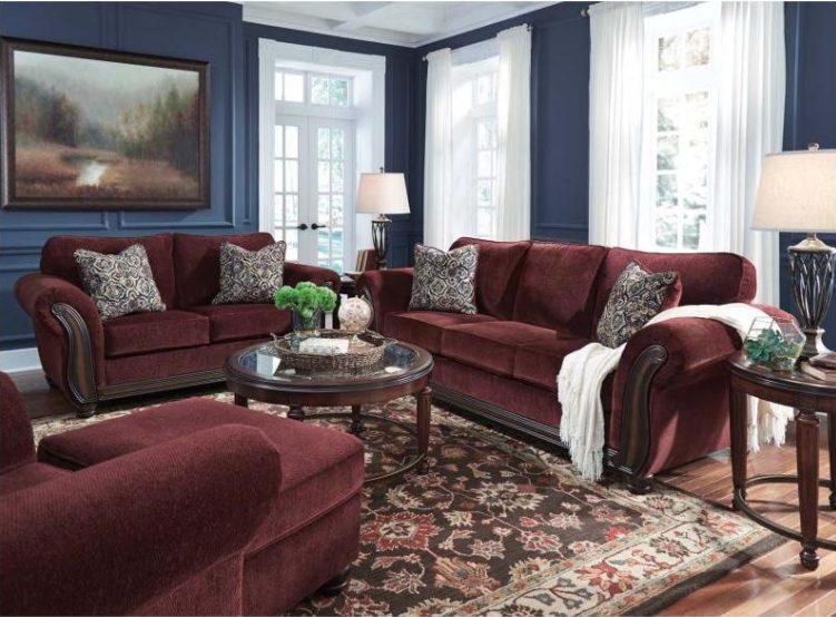 Salón clásico con sofás burdeos