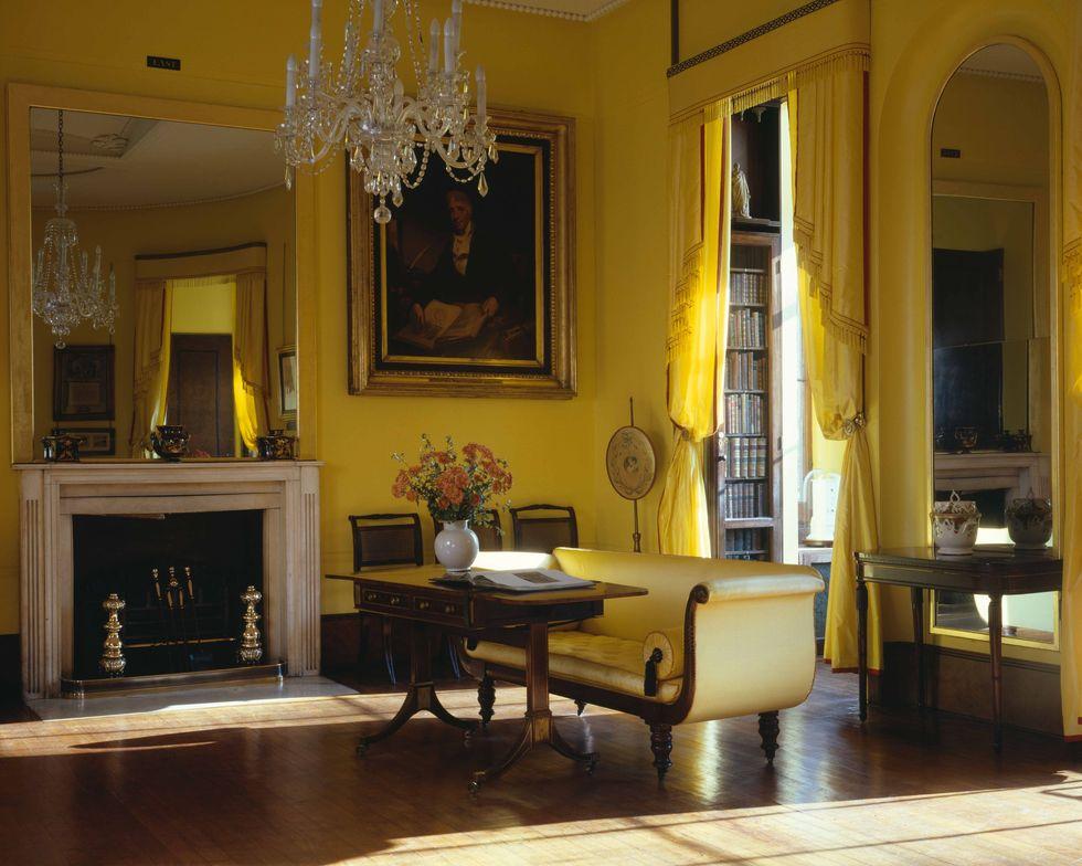 Salón clásico en blanco y amarillo