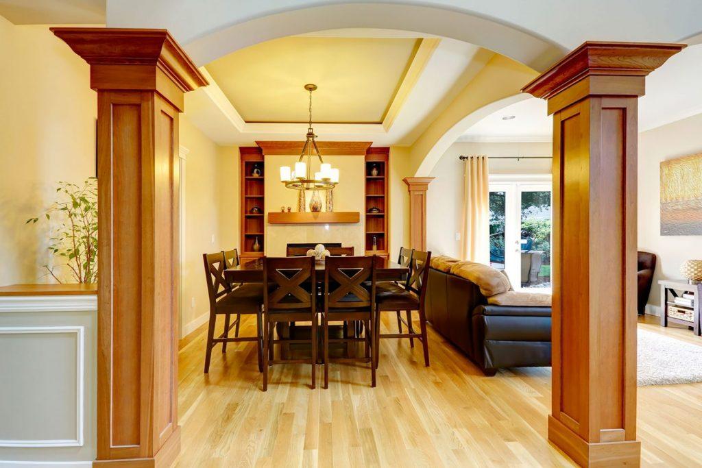 Salón comedor con columnas cuadradas de madera