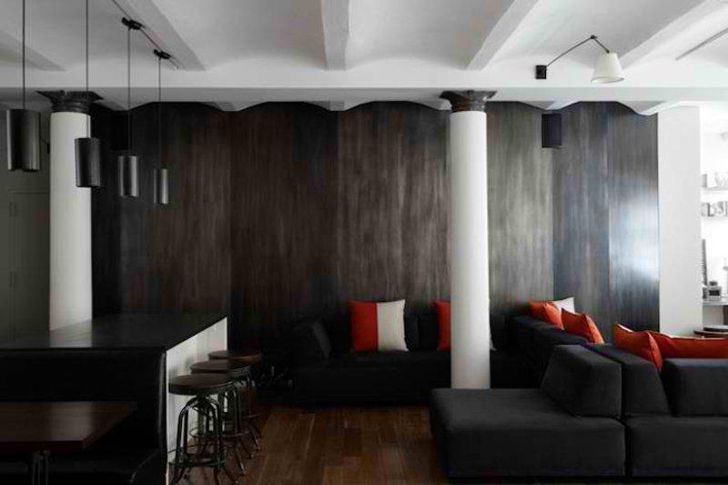 Salón con columna de hormigón en blanco y negro