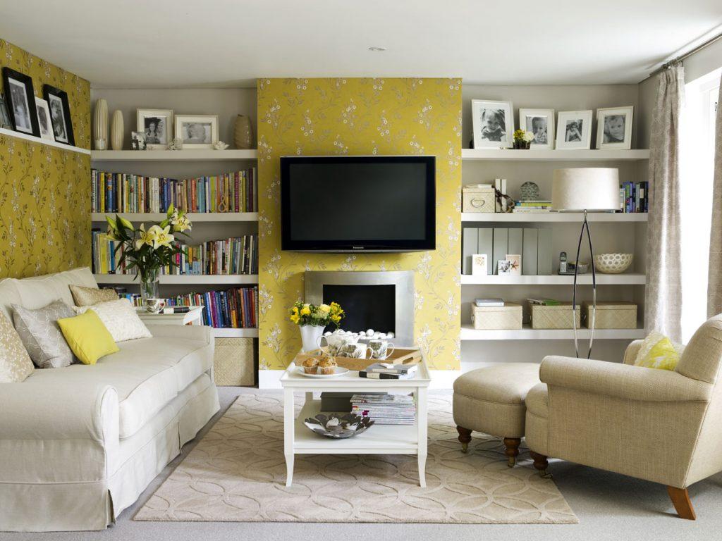Salón con papel pintado amarillo y muebles blancos