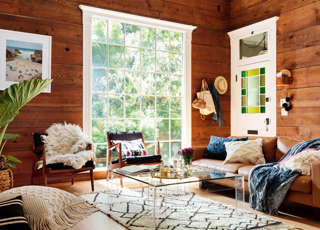 Salón con sofá marrón en una cabaña de montaña