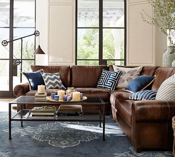 Salón con sofá marrón y alfombra azul