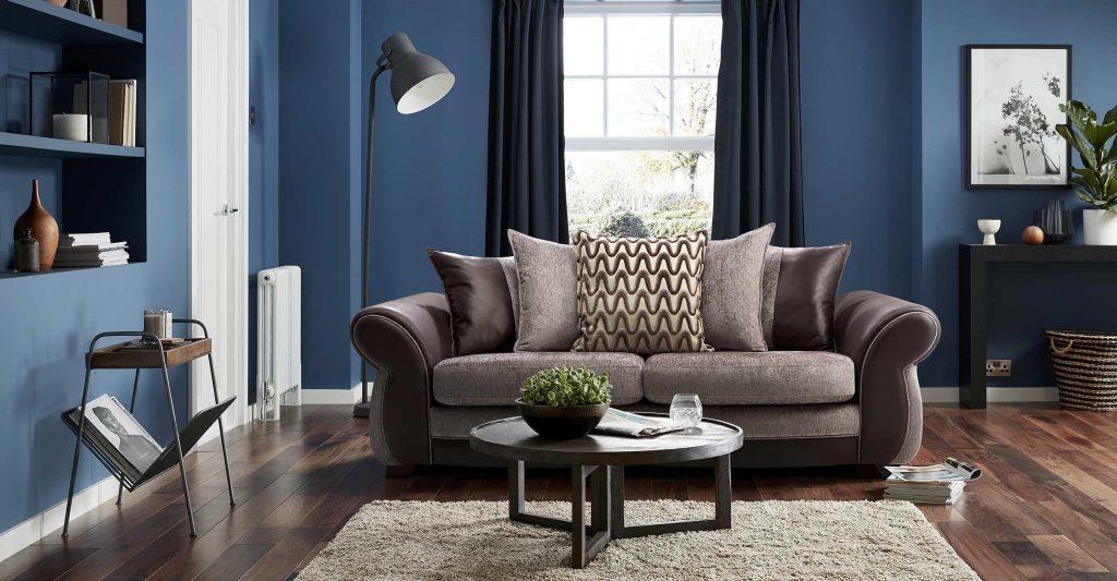Salón con sofá marrón y paredes azules