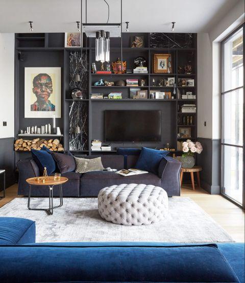 Salón con sofá oscuro y mucha personalidad